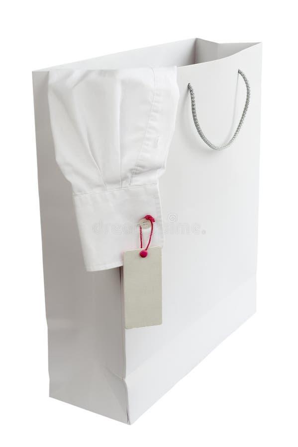 Het winkelen zak en overhemd met prijsetiket stock fotografie