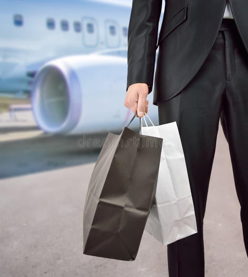 Het winkelen zakken bij luchthaventerminal stock afbeeldingen