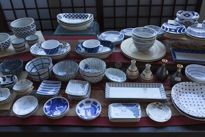 Het winkelvenster met Arita-waren, Japans porselein, maakte in het gebied rond de stad Arita stock afbeelding