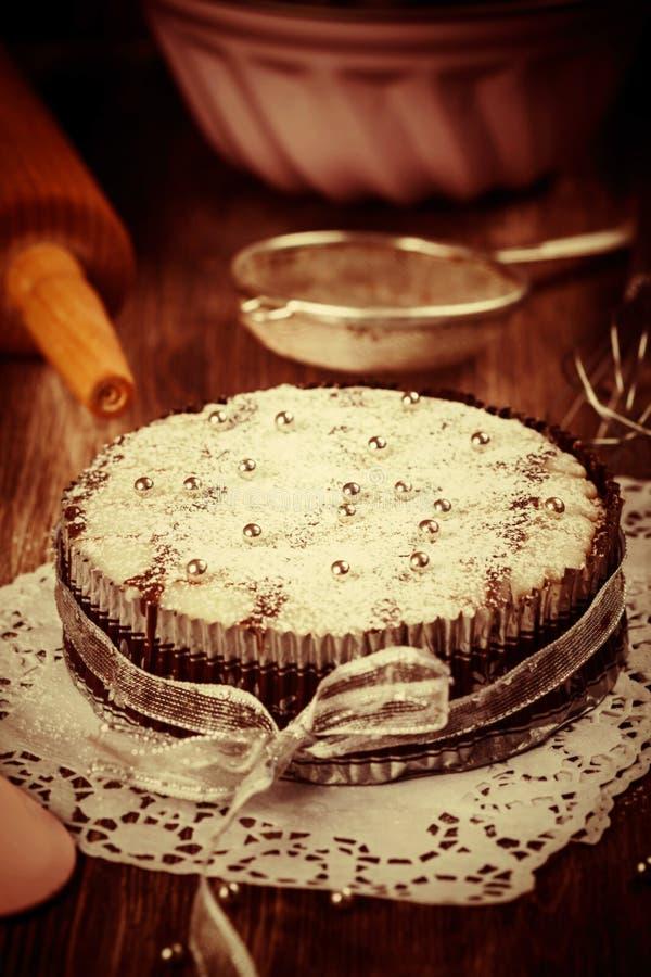 Het wit en de cake van chocoladekerstmis in wijnoogst zien eruit royalty-vrije stock foto