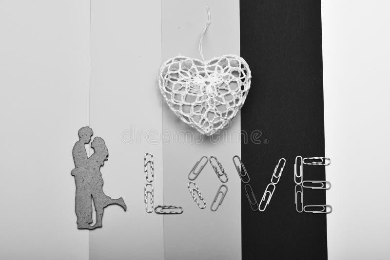 Het wit haakt hart en paperclippen makend woordliefde royalty-vrije stock afbeelding