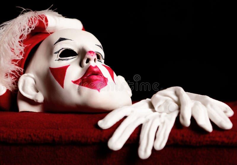 Het wit-rode masker van het drama van acteur en paarhandschoenen stock foto