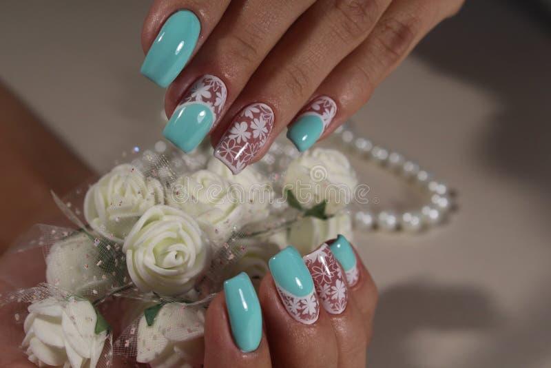 Het wit van het de kunstontwerp van de manicurespijker met blauw stock foto's