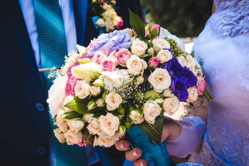 het wit van het huwelijksboeket, nam toe, purper nam en bloemen toe stock afbeeldingen