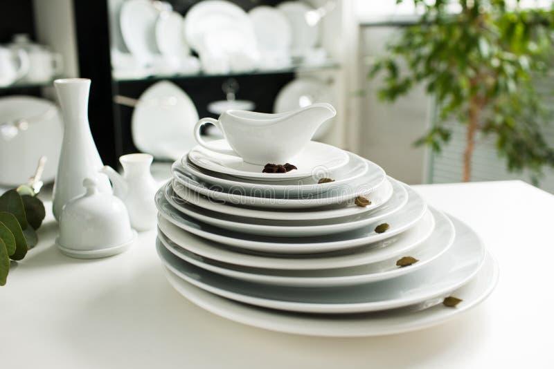 Het witte aardewerk van de vaatwerk modieuze luxe royalty-vrije stock foto