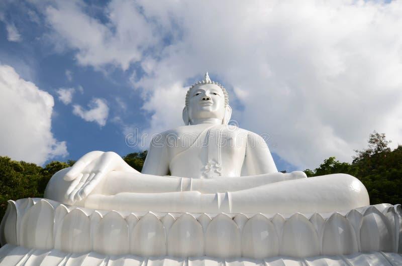 Het witte beeld van Boedha stock foto