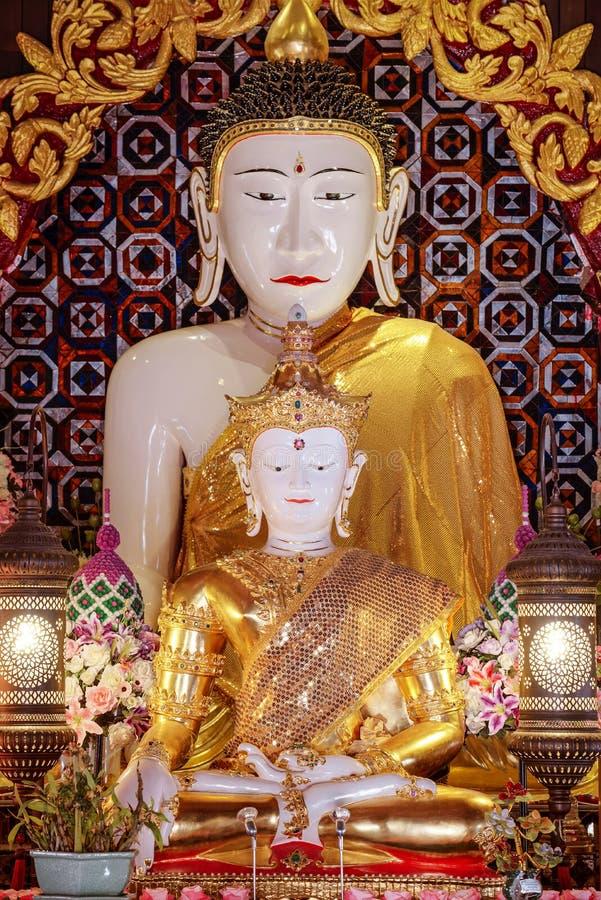 Het witte beeld van jadeboedha werd gevestigd in 2006 in Thailand royalty-vrije stock afbeeldingen