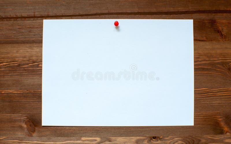 Het witte blad op een houten achtergrond royalty-vrije stock foto's