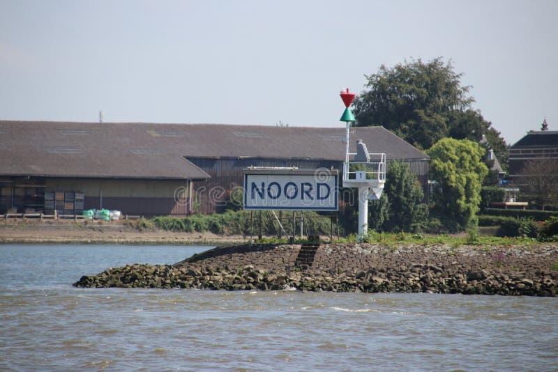 Het witte blauwe naamteken van rivier noemde Noord in Ridderkerk in Nederland stock fotografie