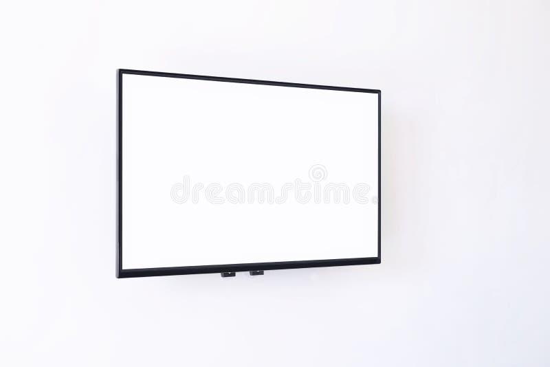 Het witte brede digitale hangen van het schermtv op witte muurachtergrond royalty-vrije stock foto