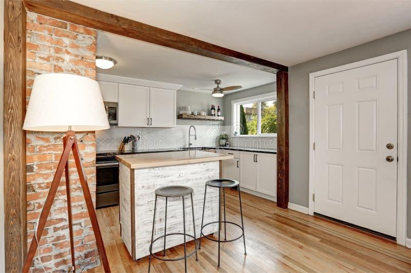 Het witte en grijze binnenland van de keukenruimte royalty-vrije stock foto's