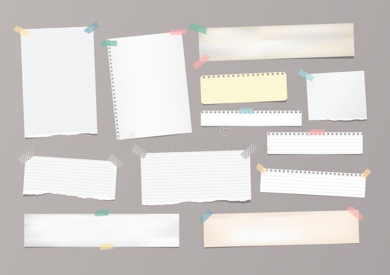 Het witte gestreepte notadocument, voorbeeldenboek, notitieboekjeblad plakte met plakband op grijze achtergrond stock foto's
