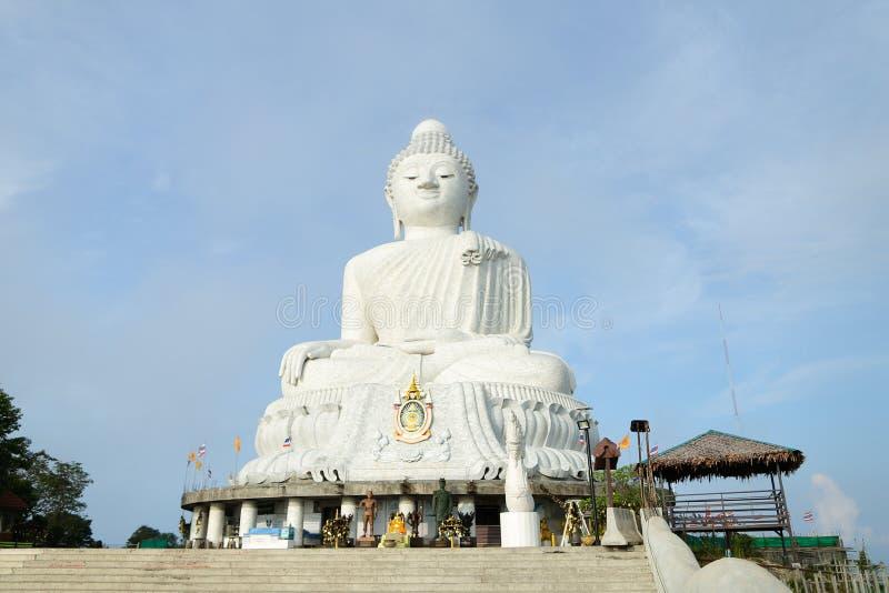 Het witte grote concrete beeldje van Boedha in Phuket stock foto