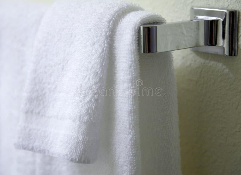 Het witte handdoeken hangen royalty-vrije stock foto's