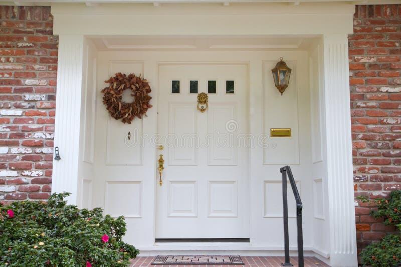 Het witte huis van de deurbaksteen stock foto