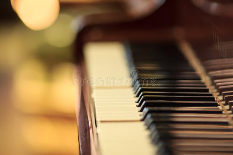 Het witte ivoor en de zwarte sleutels van een piano royalty-vrije stock afbeelding