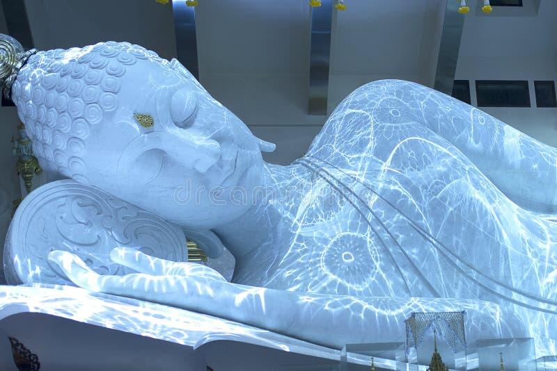 Het witte marmeren standbeeld van Boedha royalty-vrije stock afbeelding