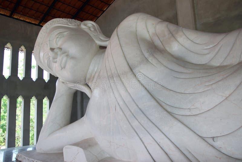 Het witte marmeren standbeeld van Boedha in Thailand stock fotografie