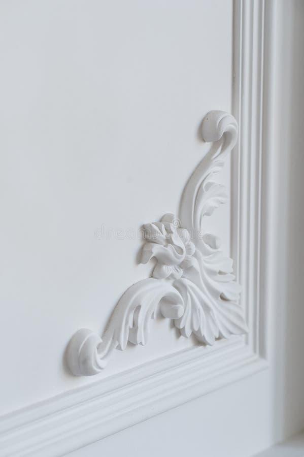 Het witte muur vormen met geometrische vorm en verdwijnend punt Het ontwerp bas-hulp van de luxe witte muur met gipspleisterafgie royalty-vrije stock afbeeldingen