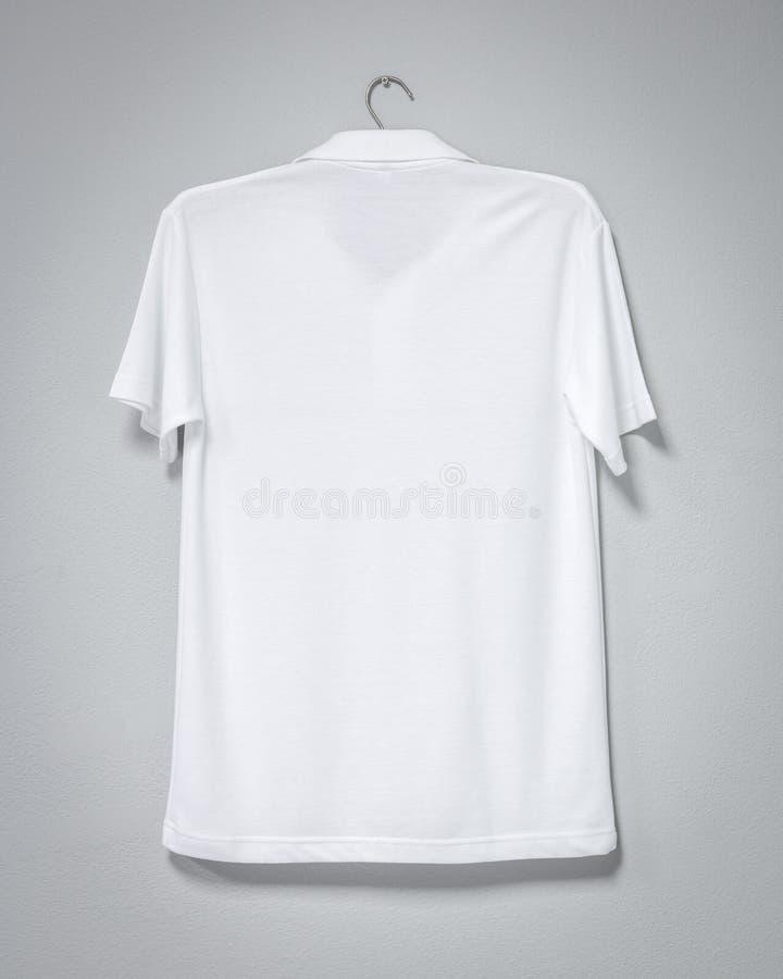Het witte overhemd hangen op cementmuur Lege t-shirt voor druk Achter mening royalty-vrije stock fotografie