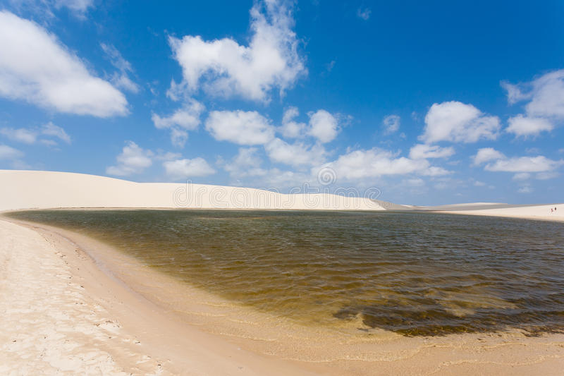 Het witte panorama van zandduinen van het Nationale Park van Lencois Maranhenses royalty-vrije stock foto's