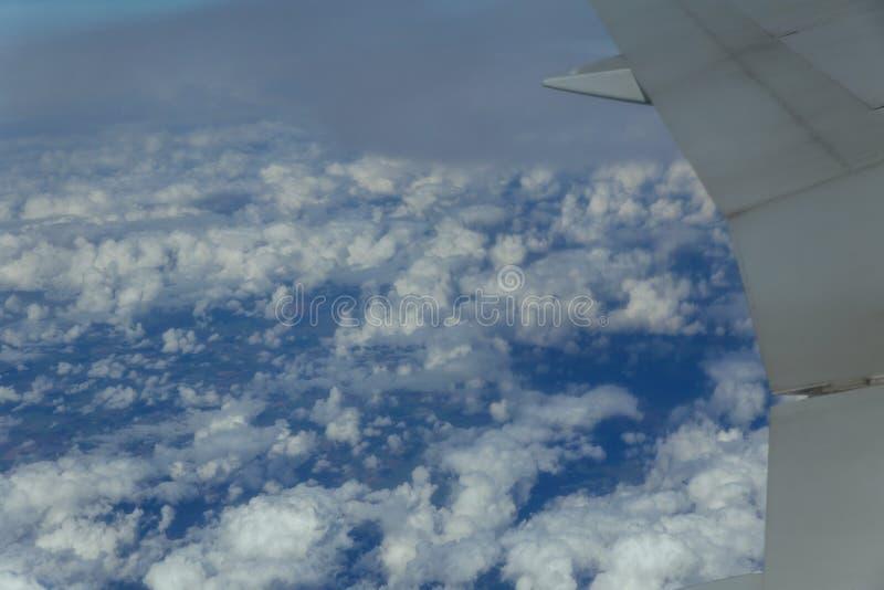 Download Het Witte Passagiersvliegtuig Beklimt Door De Wolken Vliegtuigen Die Hoog Boven De Stad Vliegen Stock Afbeelding - Afbeelding bestaande uit luchtvaart, hoog: 107708909