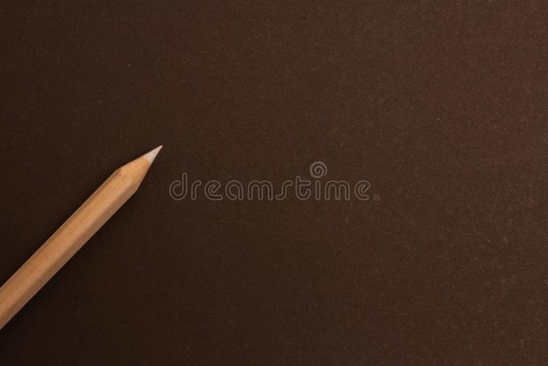 Het witte potlood ligt diagonaal op een zwarte achtergrond stock foto