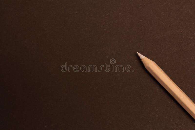 Het witte potlood ligt diagonaal op een zwarte achtergrond stock fotografie