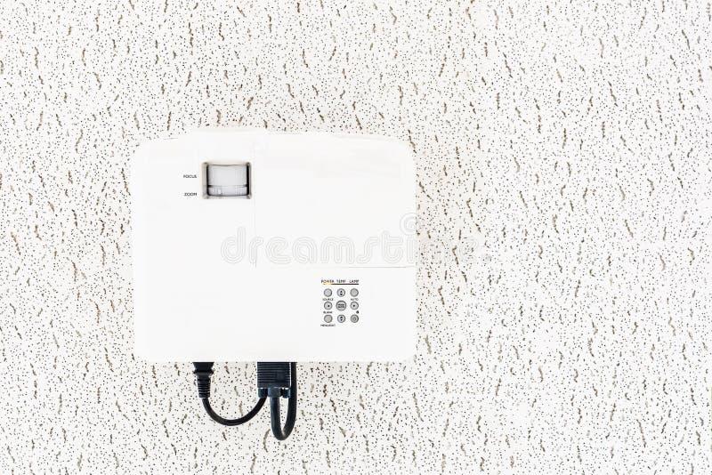 Het witte projector hangen op het plafond van conferentieruimte, projectie het materiaal van verschillende media stock foto's