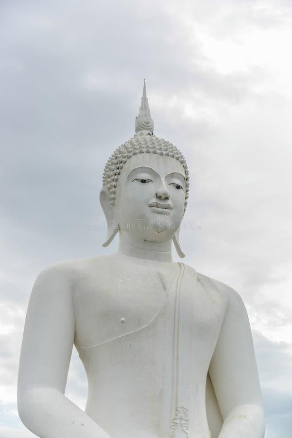 Het witte standbeeld van Boedha stock afbeelding