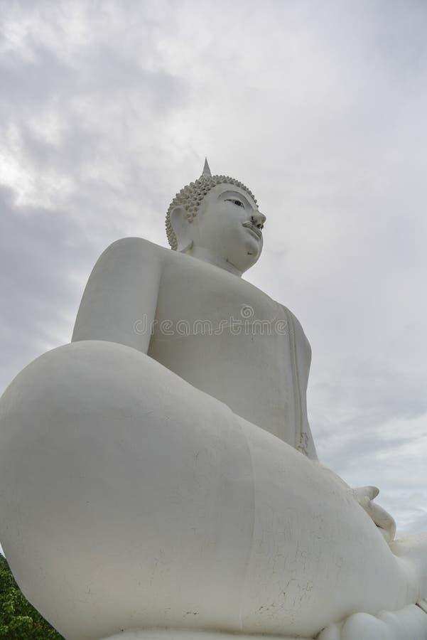 Het witte standbeeld van Boedha stock fotografie