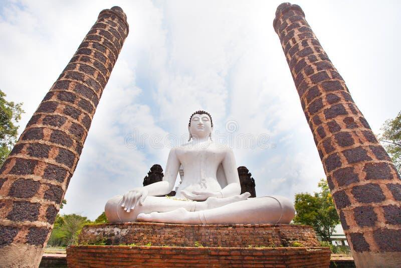 Het witte standbeeld van Boedha in boeddhismetempel Thailand royalty-vrije stock afbeelding