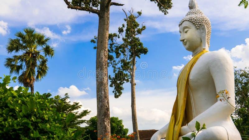 Het witte standbeeld van Boedha in de boeddhistische tempel van Wat Prang Luang (Openbare tempel) in Nonthaburi, Thailand stock foto's
