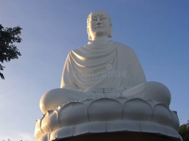 Het witte standbeeld van Boedha ` s stock fotografie