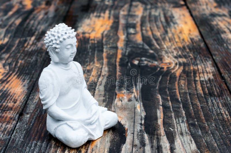 Het witte standbeeld van Boedha in wat umong, chiang MAI, reis in Thailand Bovenkant wiev, meditatie en yogaconcept royalty-vrije stock foto's