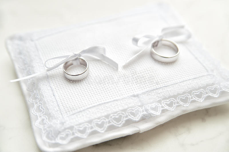 Download Het Witte Stootkussen Van De Ring Stock Afbeelding - Afbeelding bestaande uit overeenkomst, paar: 29508793