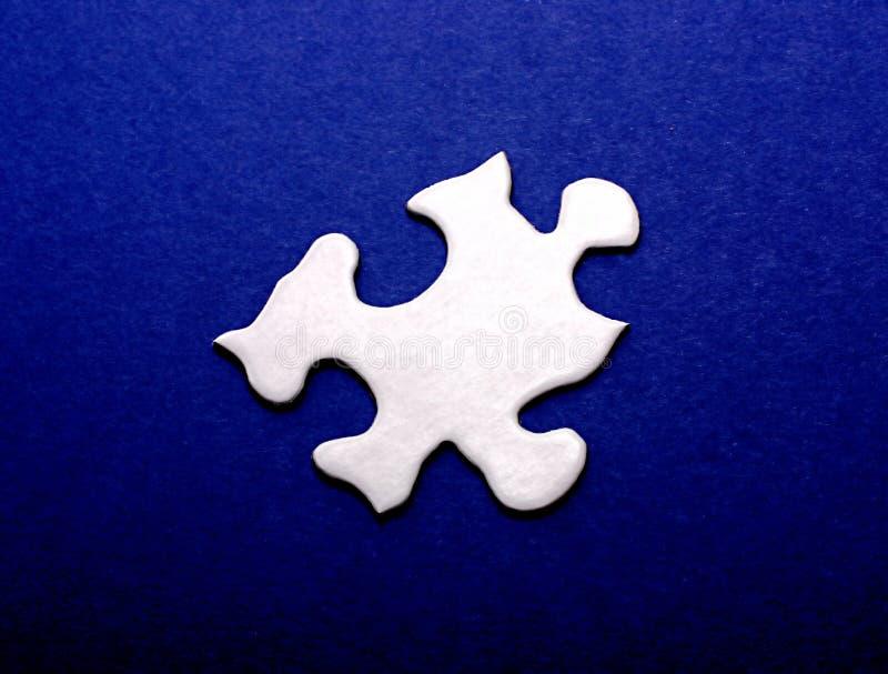 Het witte Stuk van het Raadsel op Blauw stock foto's