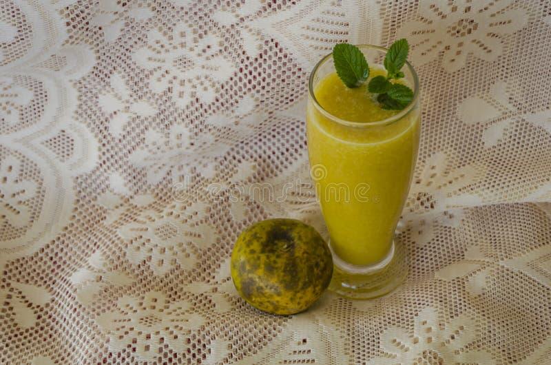 Het witte Tafelkleed van Sapote Juice And Fruit On Lacey stock afbeeldingen