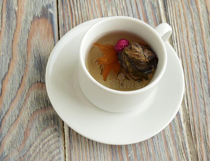 Het is witte thee met een lotusbloembloem royalty-vrije stock foto's