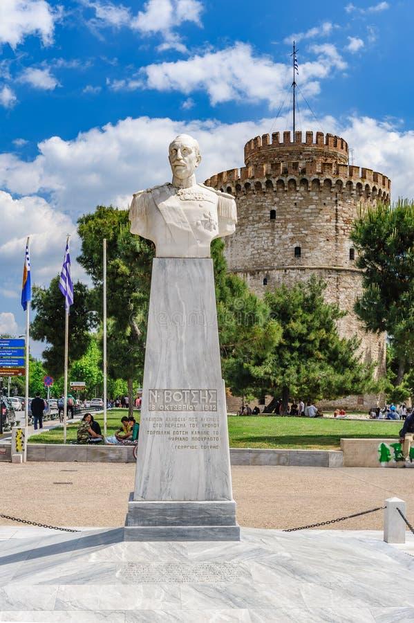 Het witte Toren en admiraalsstandbeeld van Votsis, Thessaloniki, Griekenland royalty-vrije stock fotografie