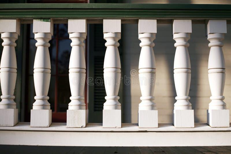 Het witte Traliewerk van de Portiek stock foto