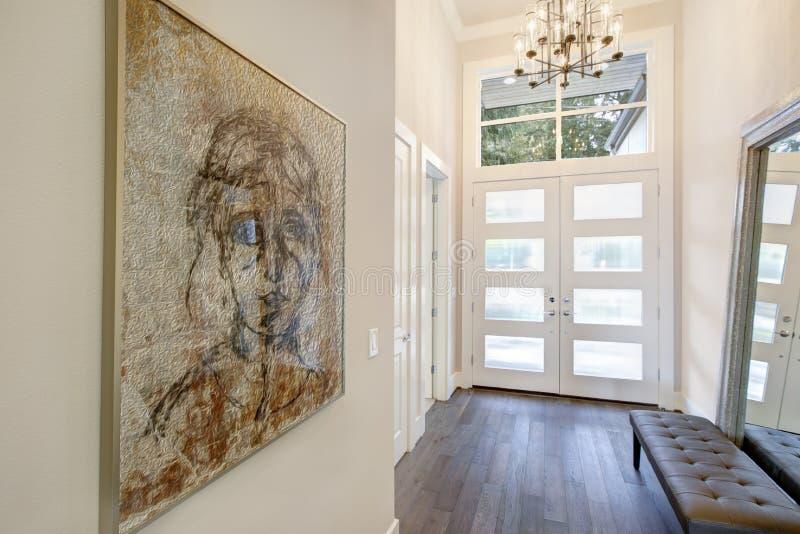 Het witte verfijnde ontwerp van de loungeingang met glasdeuren stock fotografie