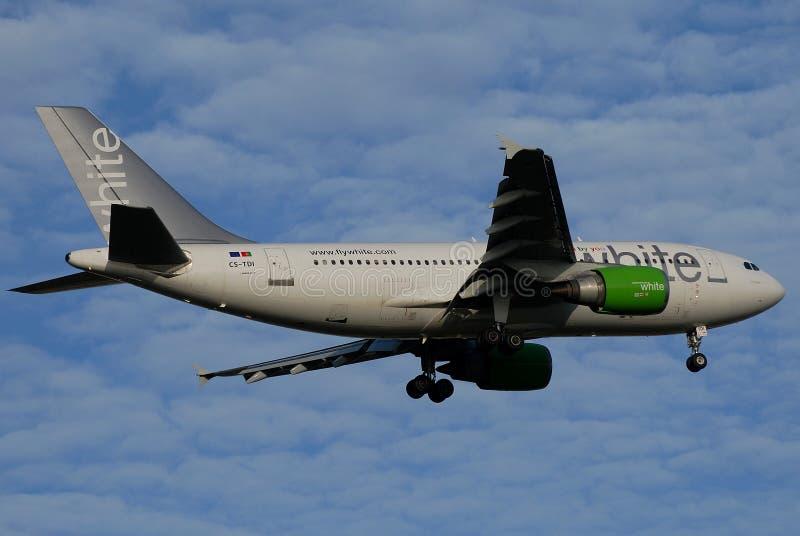 Het witte vliegtuig van Luchtroutes stock foto's