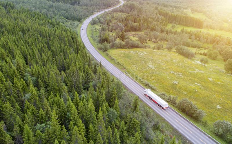 Het witte vrachtwagen drijven bij de landweg royalty-vrije stock foto's