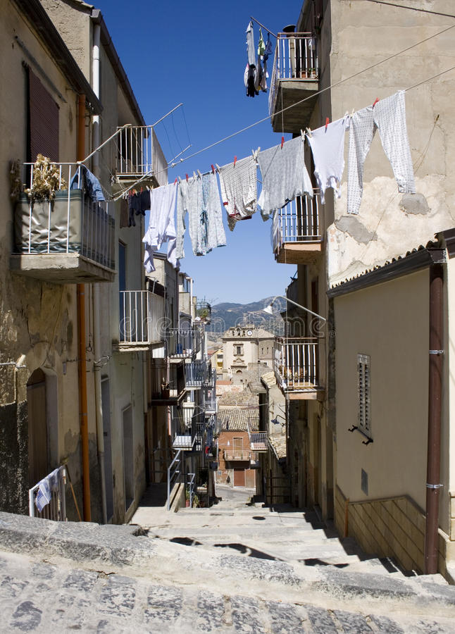 Het witte wasserij hangen om te drogen, Leonforte royalty-vrije stock foto