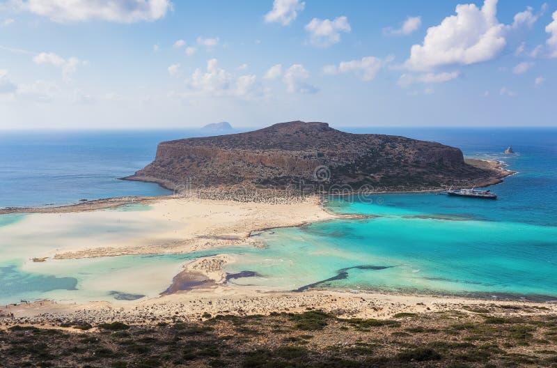 Het witte zand naast het overzees, waar de bodem kan worden gezien, het strand met mensen De fantastische Baai van de toeristento royalty-vrije stock foto