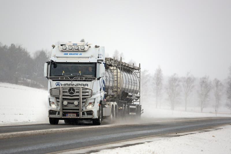 Het witte Zout van Mercedes-Benz Actros Truck en van de Weg stock foto's