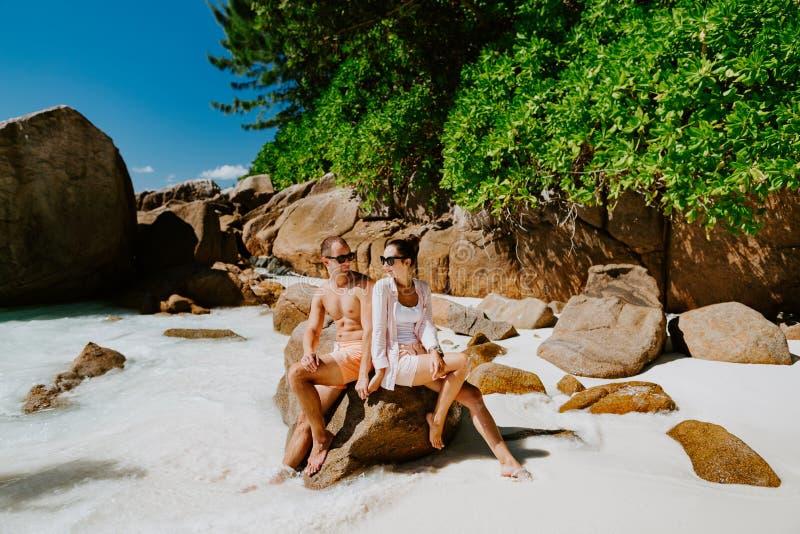 Het wittebroodswekenpaar ontspant op strand in keerkringen royalty-vrije stock foto's