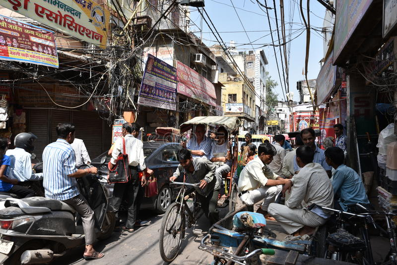 Het woedend maken overbevolkte straten van oud Delhi, is het gebruikelijke dag in Delhi stock afbeeldingen