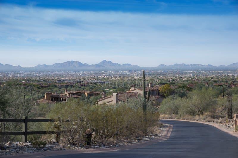 Het woestijnleven in Scottsdale, Az met mening die in Pheonix bekijken stock foto